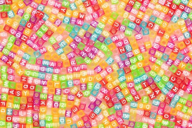 Kolorowe angielskie koraliki z literami tapety w tle