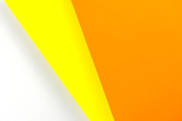 Kolorowe arkusze papieru leżące jeden na drugim.