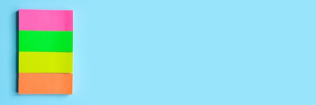 Kolorowe artykuły papiernicze. wielobarwna naklejka na niebieskim tle. transparent