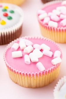Kolorowe babeczki na różowo.