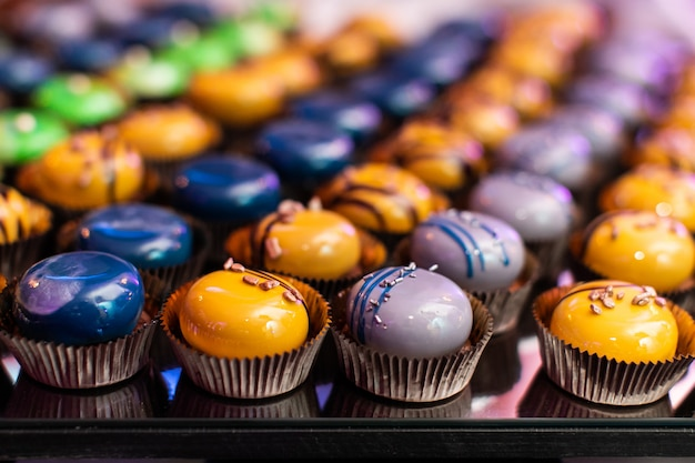 Kolorowe babeczki na stole w formie bufetu