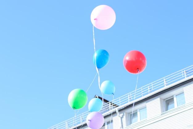 Kolorowe balony lecą w niebo