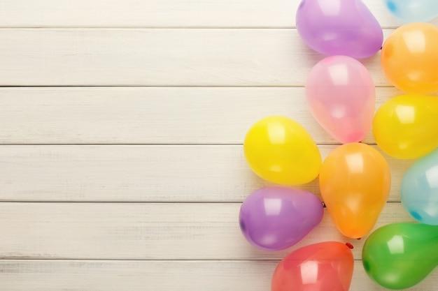 Kolorowe balony na białym tle rustykalnym urodziny tło widok z góry