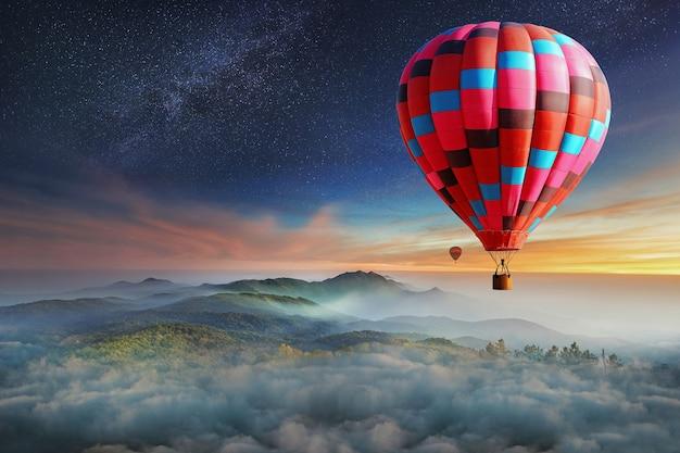 Kolorowe balony na gorące powietrze latające nad górą