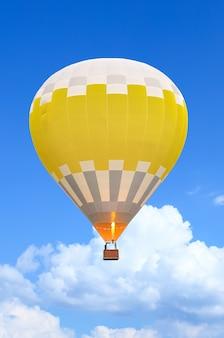 Kolorowe balony na ogrzane powietrze w locie nad błękitne niebo. nieostrość