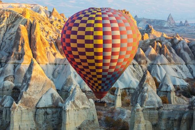 Kolorowe balony na ogrzane powietrze w parku narodowym göreme, kapadocja, turcja. znana atrakcja turystyczna.