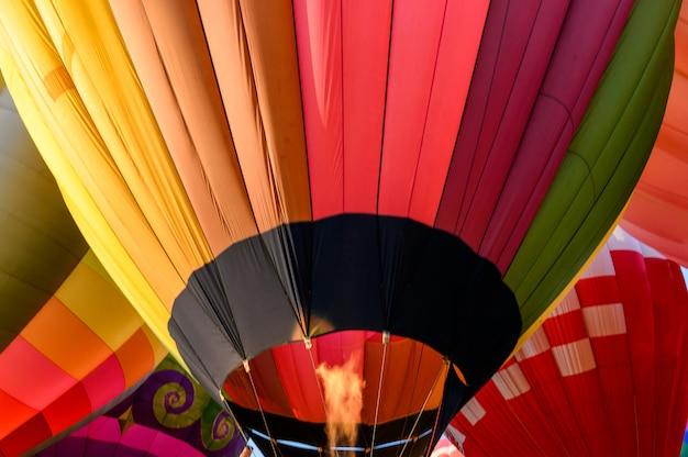 Kolorowe balony na ogrzane powietrze z zapaleniem nadmuchiwanego