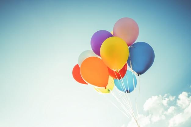 Kolorowe balony wykonane efektem filtra retro instagram.