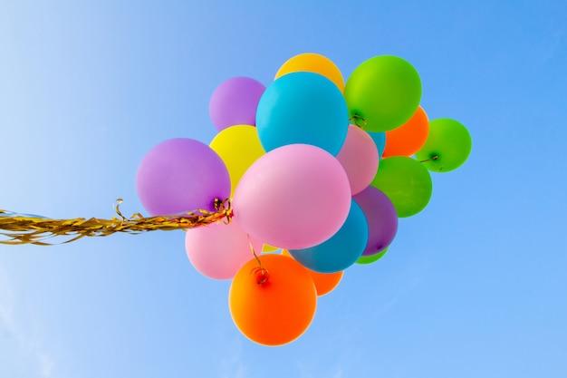 Kolorowe balony wykonane z retro na tle bluesky