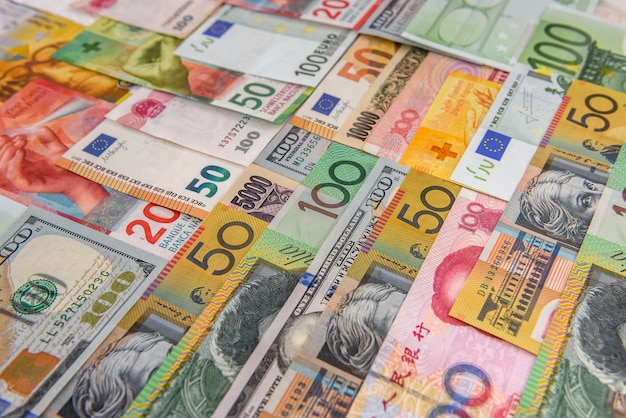 Kolorowe banknoty z różnych krajów jako tło z bliska