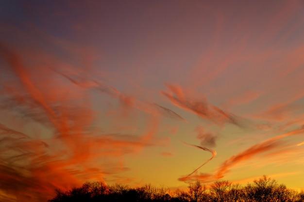 Kolorowe białe niebo zachód słońca na tapetę.
