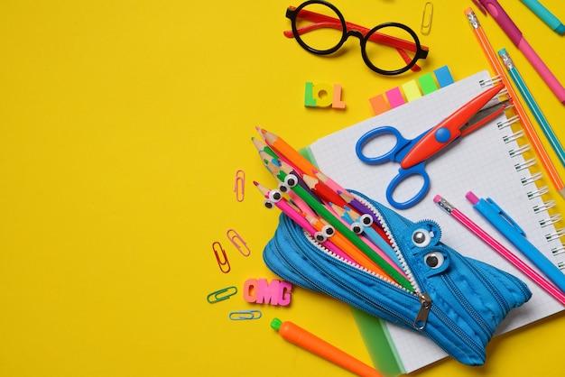Kolorowe biurowe i studenckie dostawy na kolorze żółtym