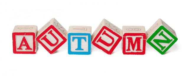 Kolorowe bloki alfabetu. słowo jesień na białym tle