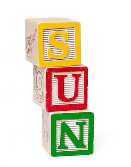 Kolorowe bloki alfabetu. słowo słońce na białym tle