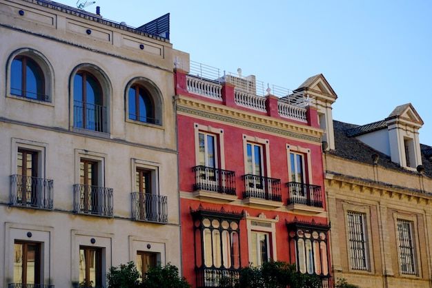 Kolorowe budynki przy ulicy w centrum sewilli, hiszpania.