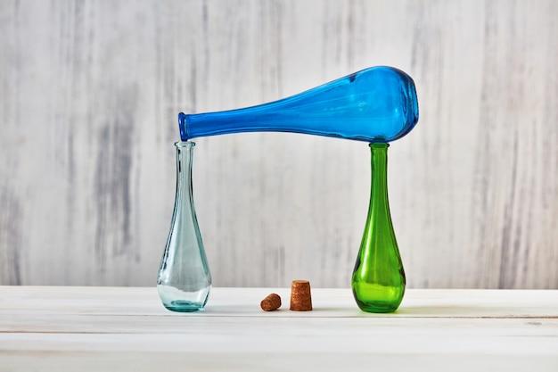 Kolorowe butelki jako koncepcja oszczędzania domowych produktów