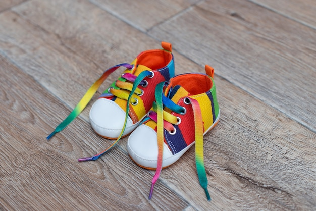 Kolorowe buty dziecięce na drewnianej podłodze