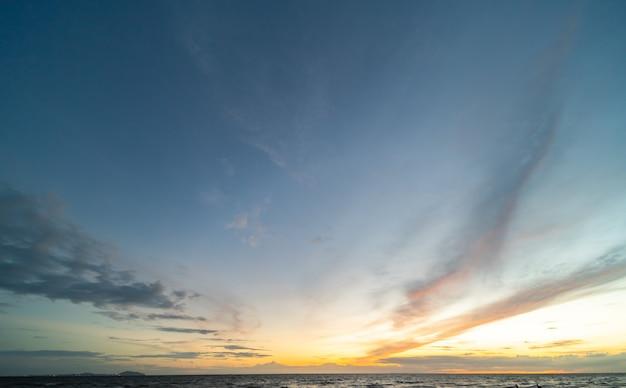 Kolorowe chmury i błękitne niebo z zachodem słońca