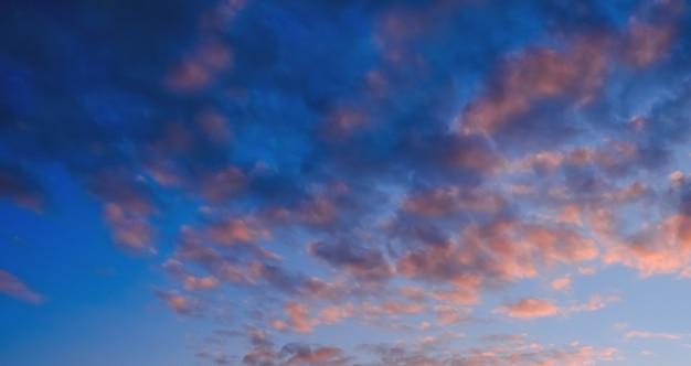 Kolorowe chmury na zmierzchu niebie