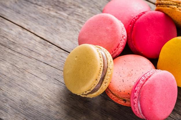 Kolorowe ciasteczka na drewnianym stole