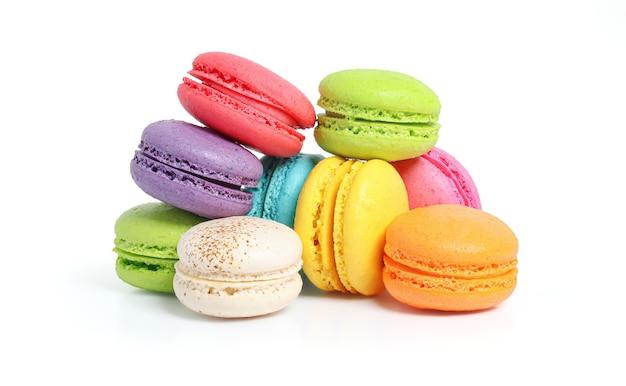 Kolorowe ciasto macarons lub macaroons na białym tle biały ze ścieżką przycinającą, małe francuskie ciasta.