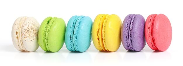Kolorowe ciasto macarons lub makaroniki na białym tle biały ze ścieżką przycinającą