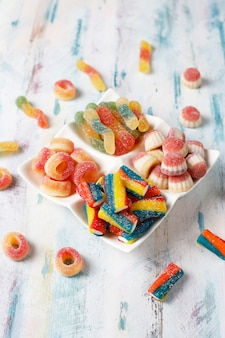 Kolorowe cukierki, galaretki i marmolady, niezdrowe słodycze.
