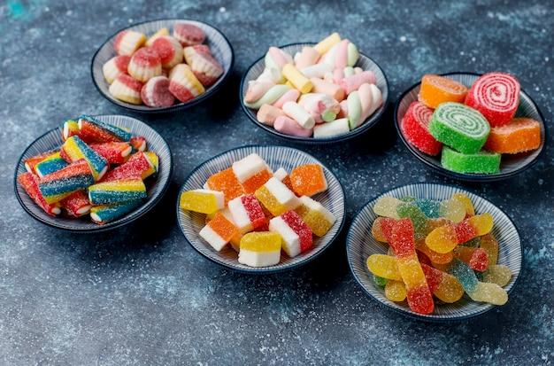 Kolorowe cukierki, galaretki i marmolady, widok z góry