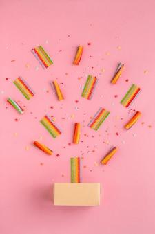 Kolorowe cukierki i pudełko na różowo
