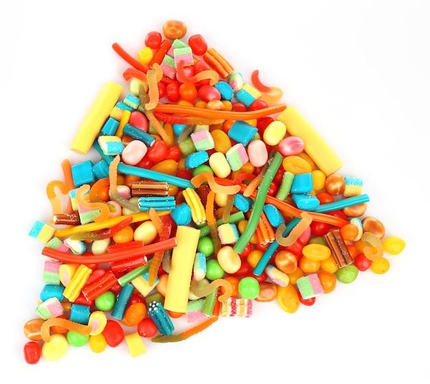 Kolorowe cukierki jako trójkąt na białym tle