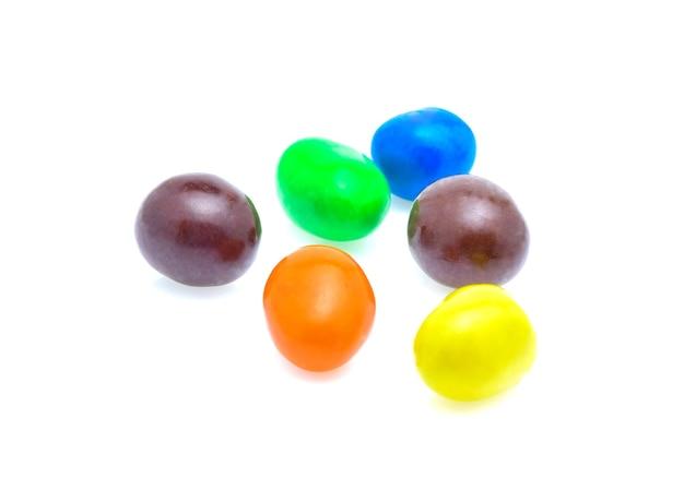 Kolorowe cukierki. na białym tle