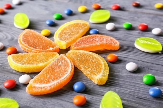 Kolorowe cukierki na drewnianym stole