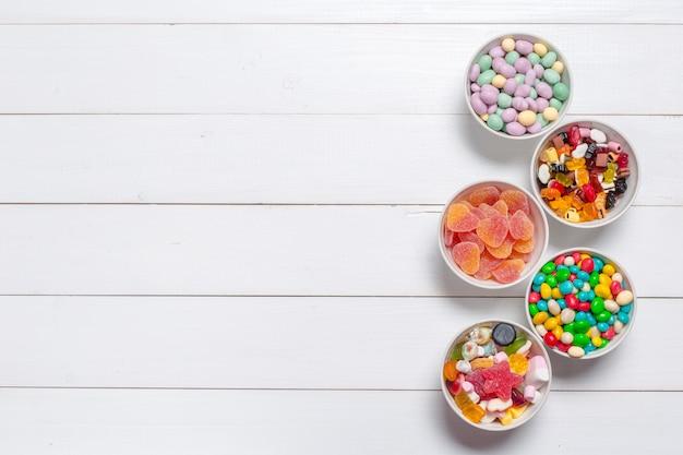 Kolorowe cukierki na drewnianym