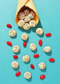 Kolorowe cukierki na niebieskim tle