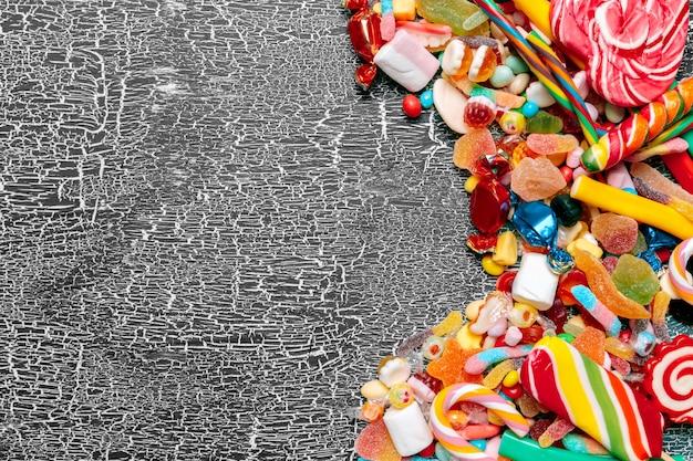 Kolorowe cukierki na starym