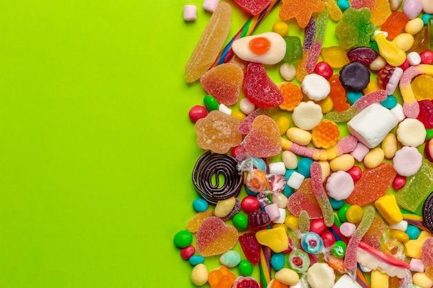 Kolorowe cukierki na zielono