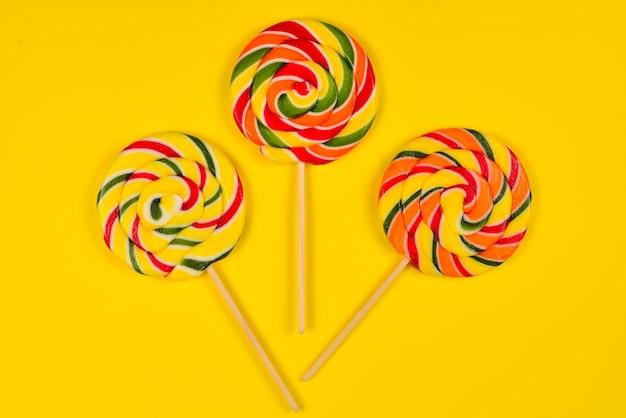 Kolorowe cukierki na żółto