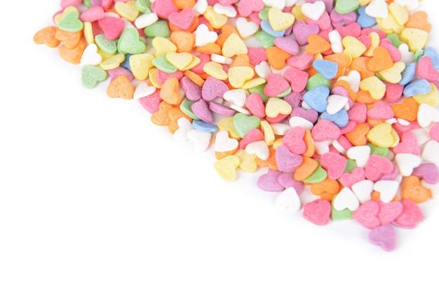 Kolorowe cukierki-serca na białym tle