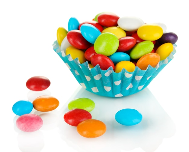 Kolorowe cukierki w przypadku cupcake na białym tle
