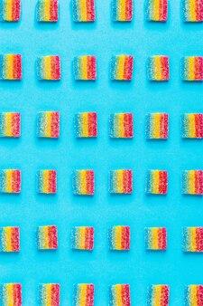 Kolorowe cukierki wzór na niebieskim tle