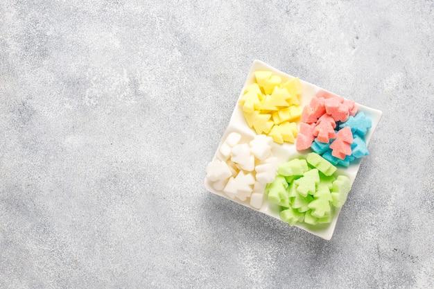 Kolorowe cukry w kształcie choinki.