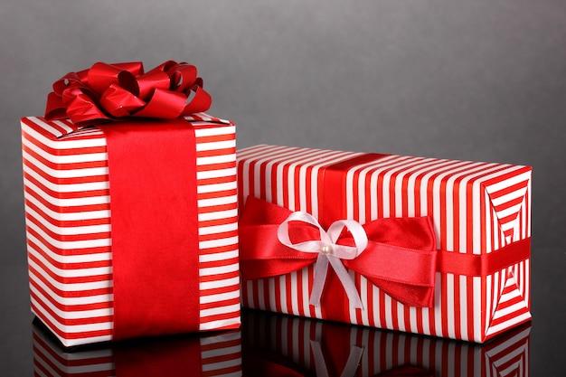 Kolorowe czerwone prezenty na szarym tle