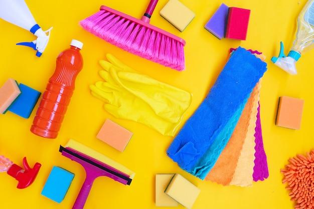 Kolorowe czyszczenie dostarcza narzędzia na oświetlającym żółtym tle