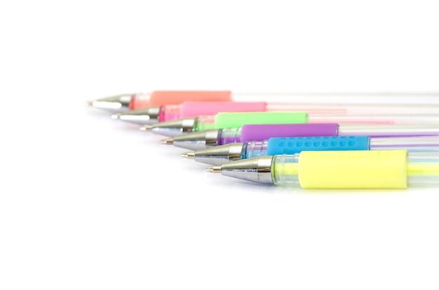 Kolorowe długopisy na białym tle