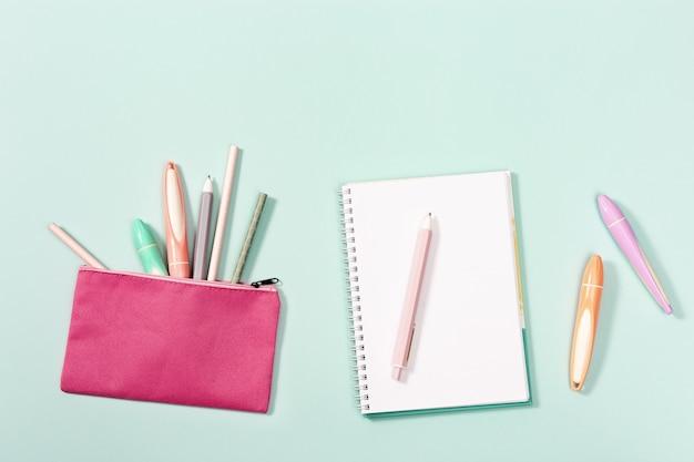 Kolorowe długopisy, ołówki, linijka, flamastry, flamastry