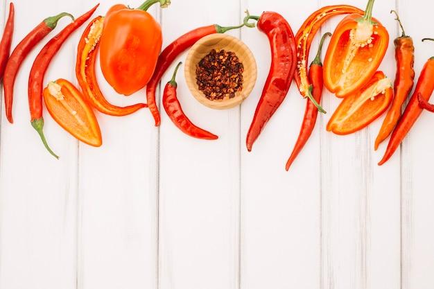 Kolorowe dojrzałe papryki i przyprawy