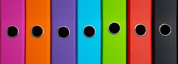 Kolorowe dokumenty biznesowe lub foldery biurowe