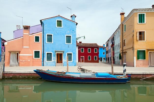 Kolorowe domy i kanały wyspy burano we włoszech