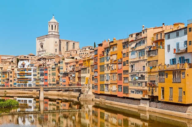 Kolorowe domy nad rzeką w gironie, hiszpania