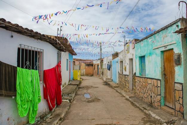 Kolorowe domy w biednej dzielnicy miasta penedo, w stanie alagoas, północno-wschodnia brazylia